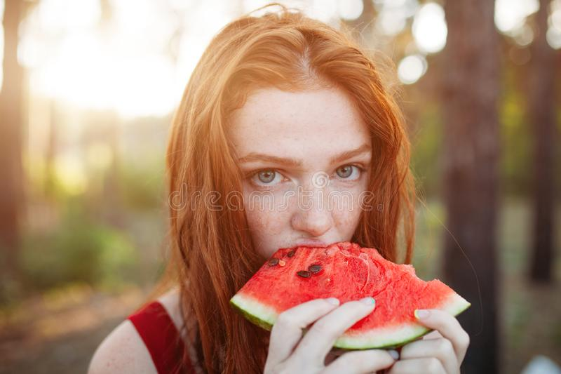 Lycklig ung kvinna som äter vattenmelon på naturen ungdomlivsstil Lycka glädje, ferie, strand, sommarbegrepp arkivbilder