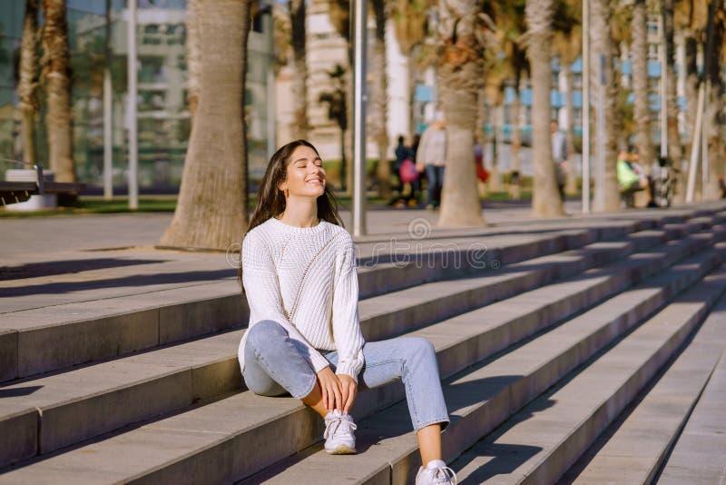 Lycklig ung kvinna som andas djup ny luft royaltyfri bild