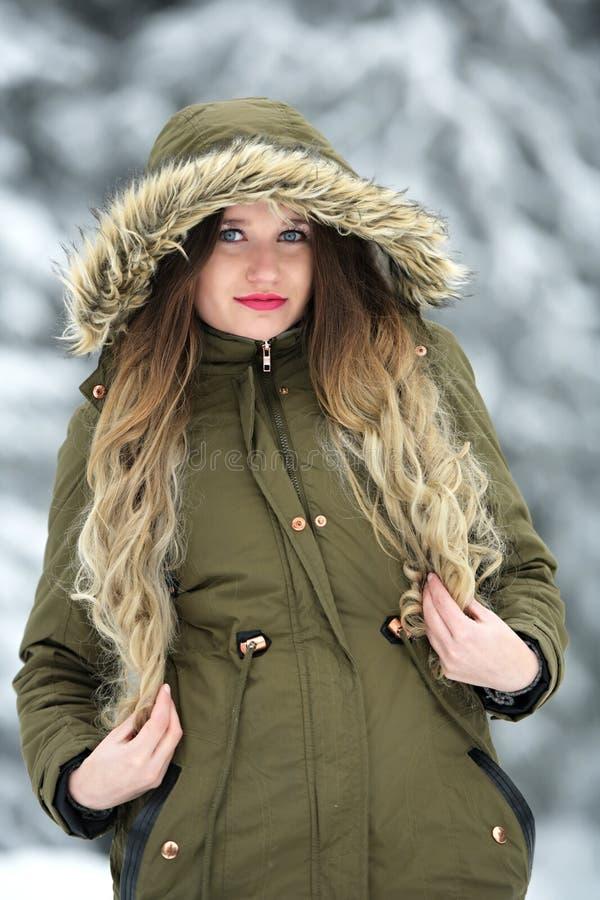 Lycklig ung kvinna som går i vintertid arkivbilder