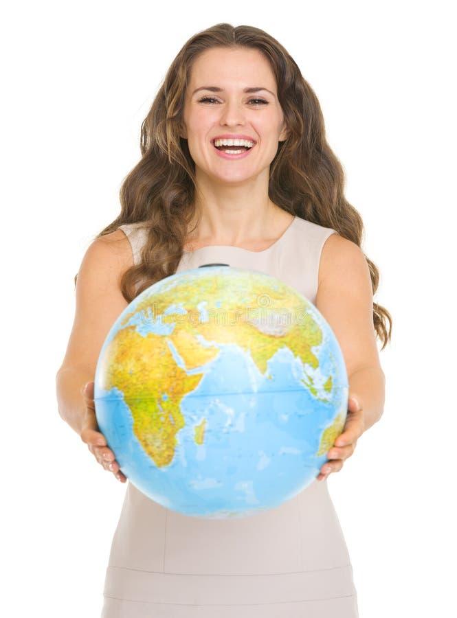 Lycklig ung kvinna som ger jordklotet royaltyfria bilder