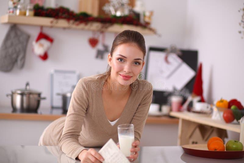 Lycklig ung kvinna som har den sunda frukosten in arkivfoto