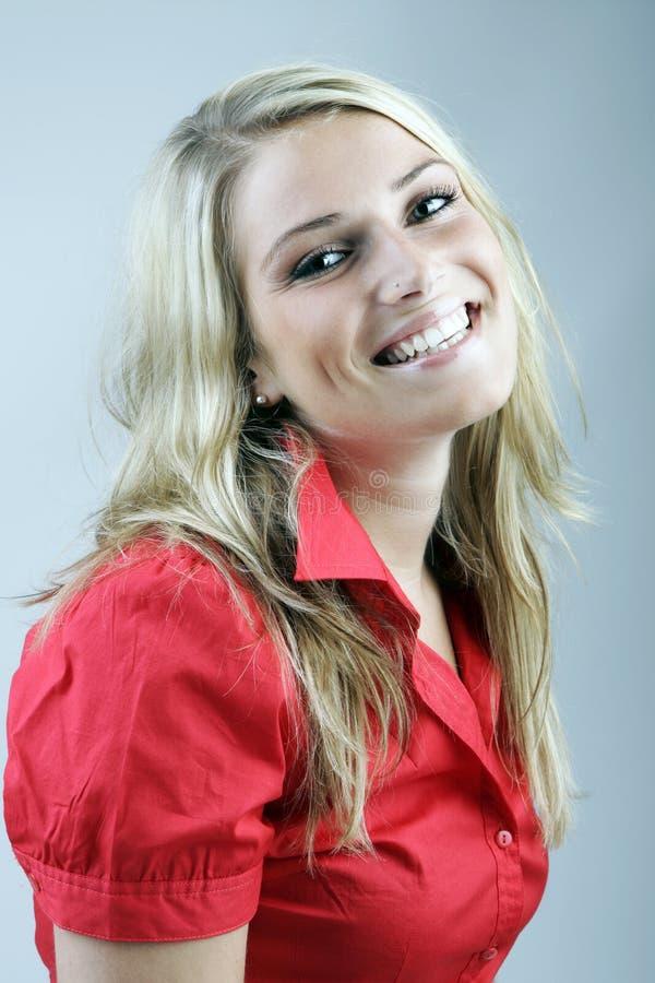 Lycklig ung kvinna som skrattar på kameran royaltyfria bilder