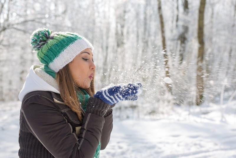 Lycklig ung kvinna som spelar i snön arkivbilder