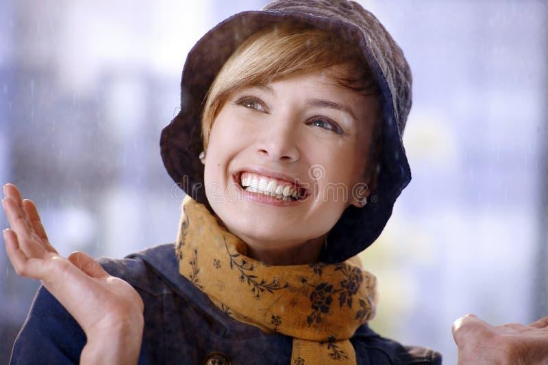 Lycklig ung kvinna som tycker om regn royaltyfri foto