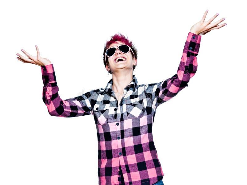 Lycklig ung kvinna som uppåt ser med lyftta händer arkivfoto