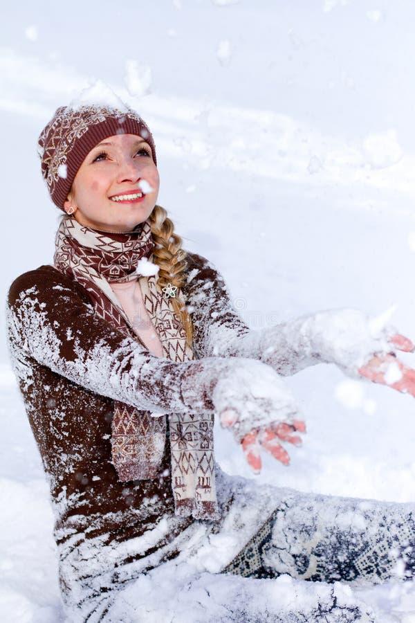 Lycklig ung kvinna som utomhus leker med snow royaltyfri foto