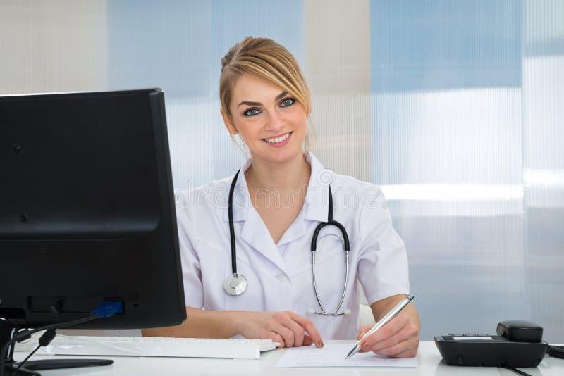 Lycklig ung kvinnlig doktor arkivbild