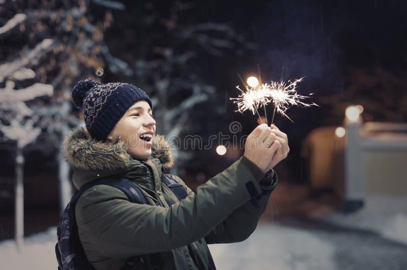 Lycklig ung man på en stadsgata i vinter royaltyfria bilder