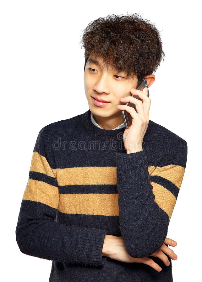 Lycklig ung man som talar på mobilephonen royaltyfri bild