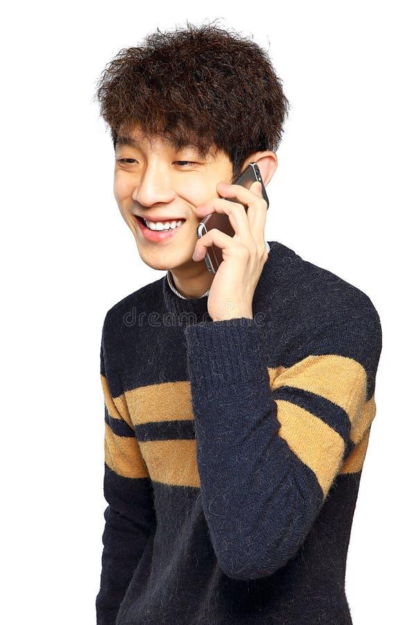 Lycklig ung man som talar på mobilephonen royaltyfri fotografi