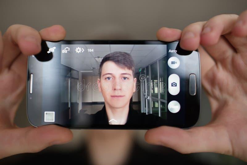 Lycklig ung man som tar ett selfiefoto royaltyfria foton