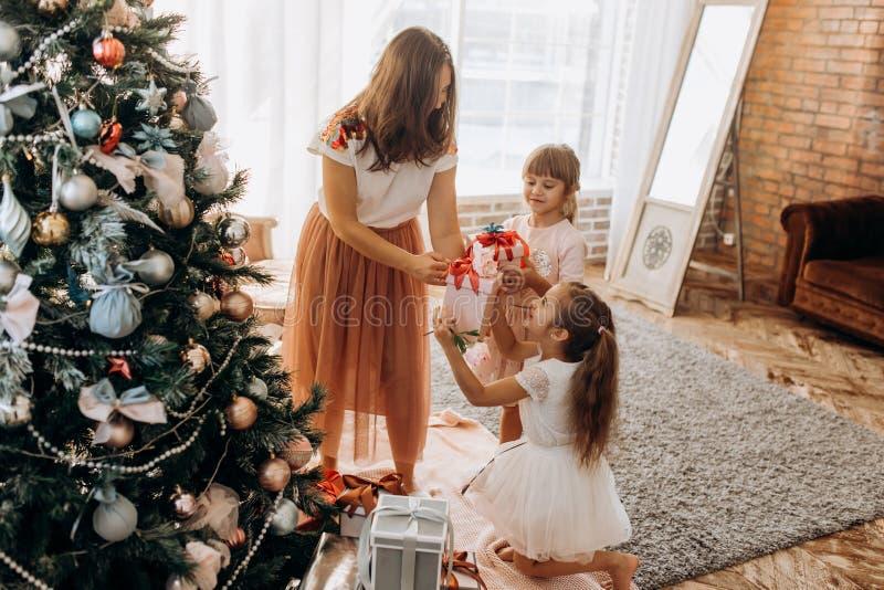 Lycklig ung moder och hennes charma dotter två i trevliga klänningar arkivbilder
