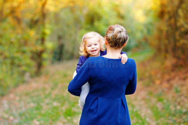 Lycklig ung moder som har den roliga gulliga litet barndottern, familjstående tillsammans Kvinnan med härligt behandla som ett ba royaltyfria bilder
