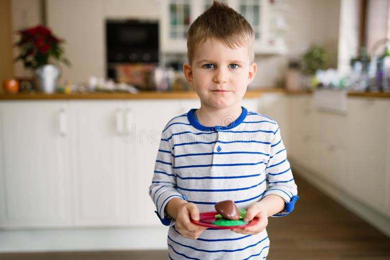 Lycklig ung pojke i kök arkivbild