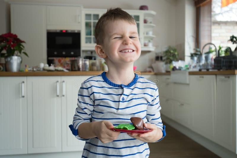 Lycklig ung pojke i kök royaltyfri foto