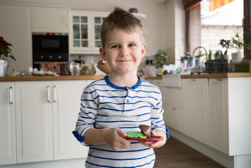 Lycklig ung pojke i kök royaltyfria bilder
