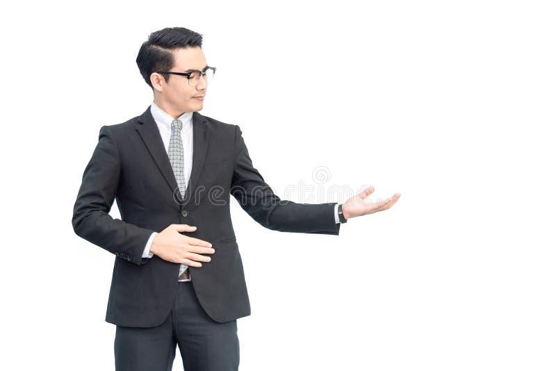 Lycklig ung säker asiatisk affärsman med ögonexponeringsglas i formellt svart område för mellanrum för dräktvisninghand fà royaltyfria bilder