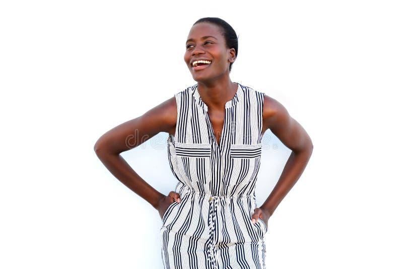 Lycklig ung svart kvinna som ler på vit bakgrund arkivbild