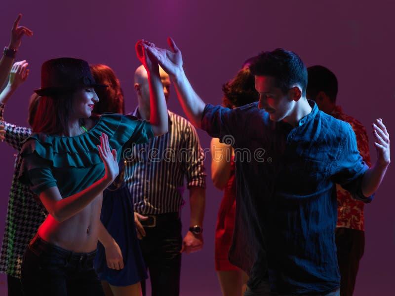 Lycklig ungdomar som dansar i nattklubb arkivbilder