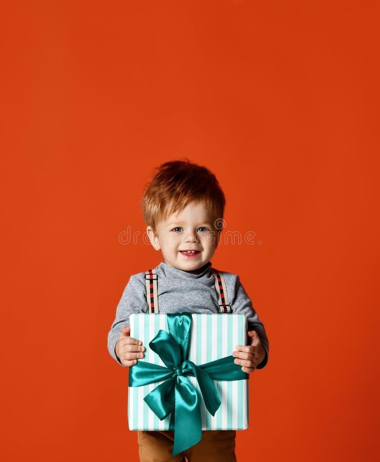Lycklig unge med den stora gåvaasken arkivbild