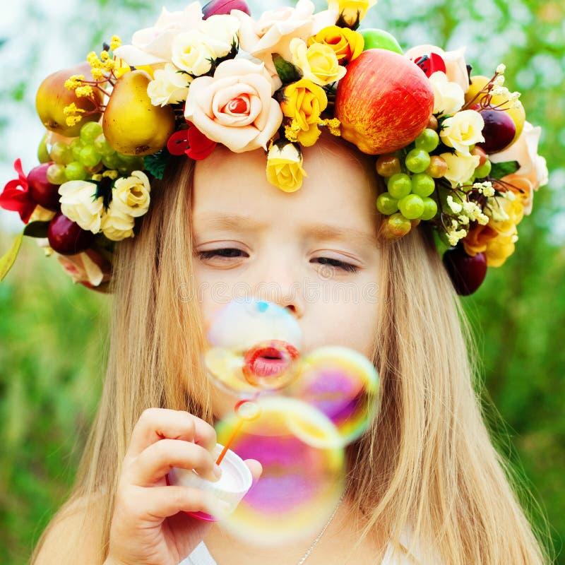 Lycklig unge med såpbubblor royaltyfri bild
