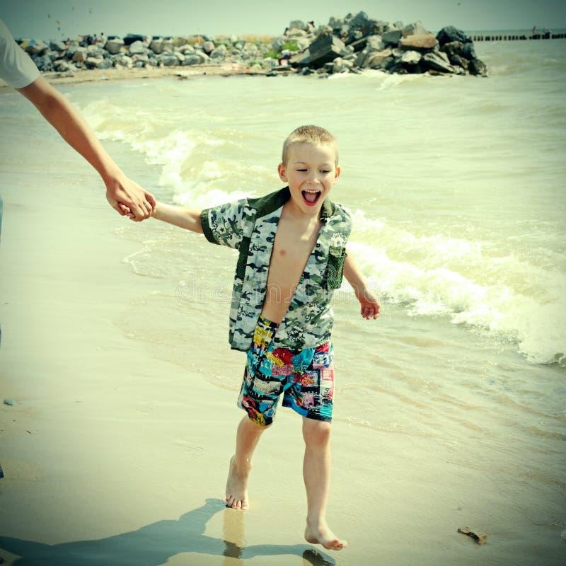 Lycklig unge på stranden arkivbild