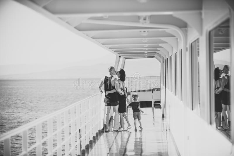 Lycklig unge som har gyckel Familjresande på kryssningskeppet på solig dag Familj- och förälskelsebegrepp Fader, moder och barn royaltyfri fotografi