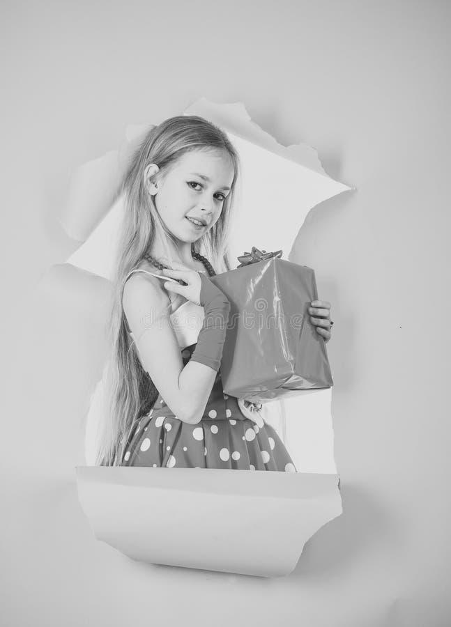 Lycklig unge som har gyckel ferier, gåvor, jul, barndom och folkbegrepp - le lilla flickan med gåvaasken arkivbilder