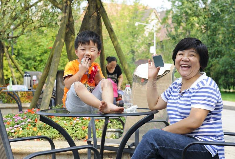 Lycklig unge som leker med hans faster fotografering för bildbyråer