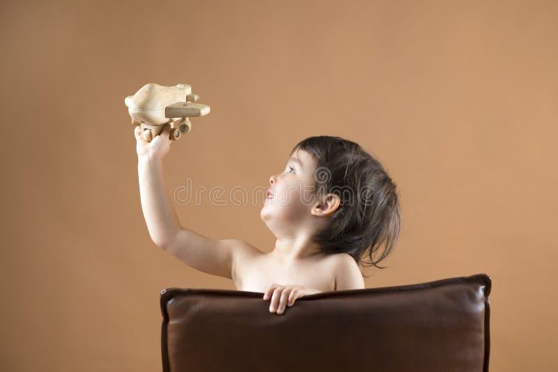 Lycklig unge som spelar med leksakflygplanet royaltyfri fotografi