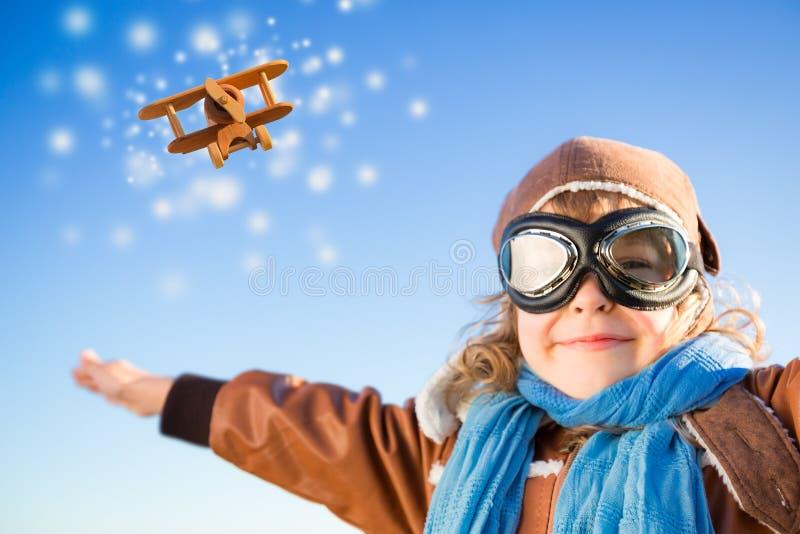 Lycklig unge som spelar med leksakflygplanet i vinter fotografering för bildbyråer