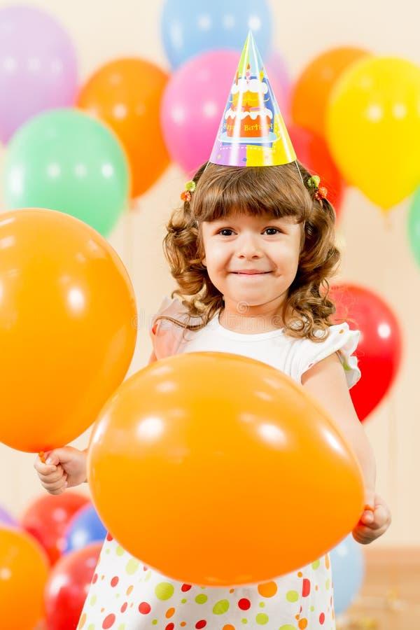 Lycklig ungeflicka på födelsedagdeltagare arkivfoto
