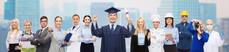 Lycklig ungkarl med diplomet över professionell royaltyfri fotografi