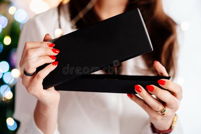 Lycklig upphetsad härlig för smyckengåva för ung kvinna öppnande ask royaltyfri fotografi