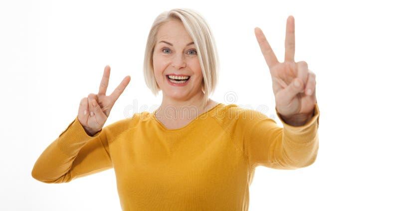 Lycklig upphetsad kvinna som visar tecknet av segern fotografering för bildbyråer