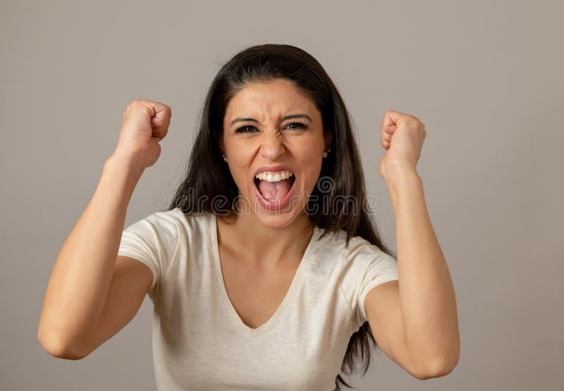 Lycklig upphetsad och upprymd attraktiv ung kvinna som firar pengarseger och framgång arkivbilder