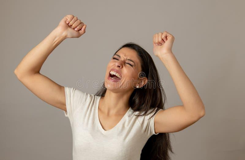 Lycklig upphetsad och upprymd attraktiv ung kvinna som firar pengarseger och framgång royaltyfria foton