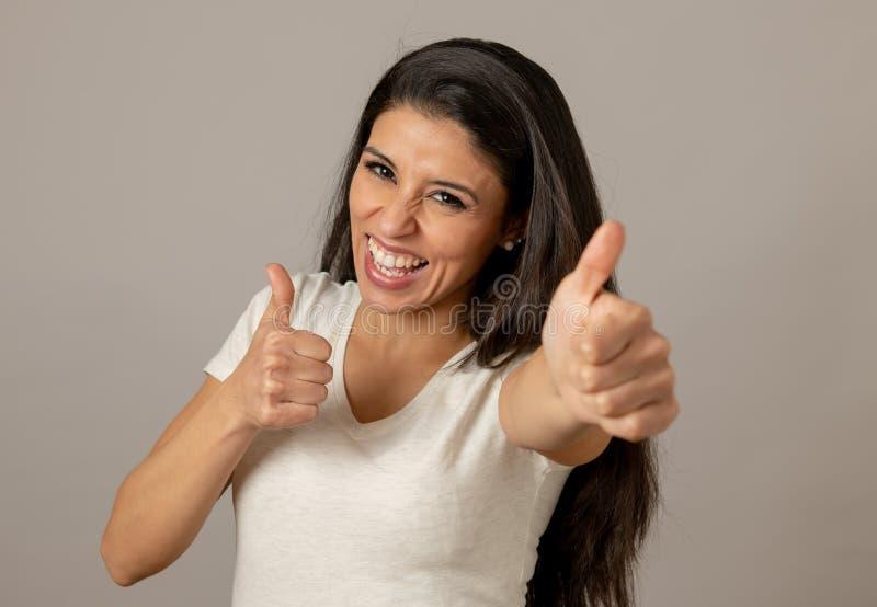 Lycklig upphetsad och upprymd attraktiv ung kvinna som firar pengarseger och framgång royaltyfri bild