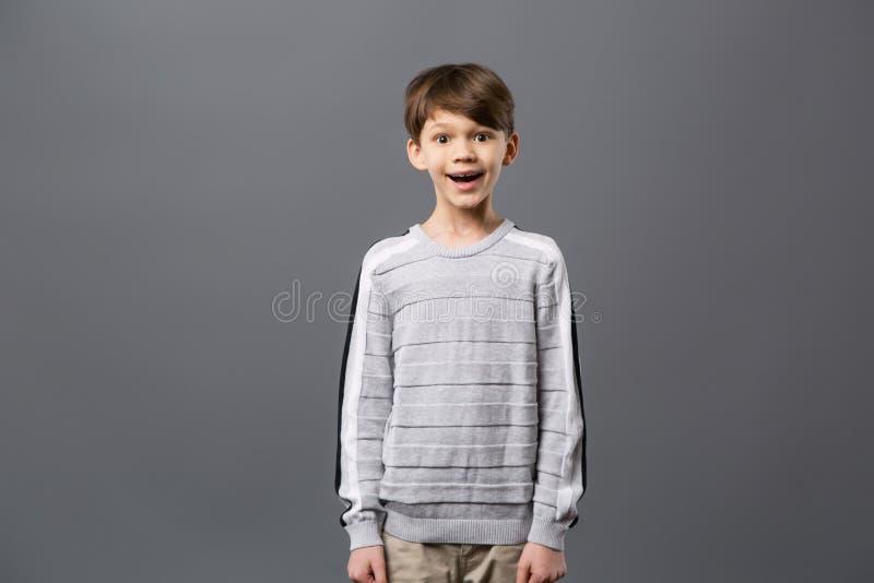 Lycklig upphetsad pojke som ser dig royaltyfria foton