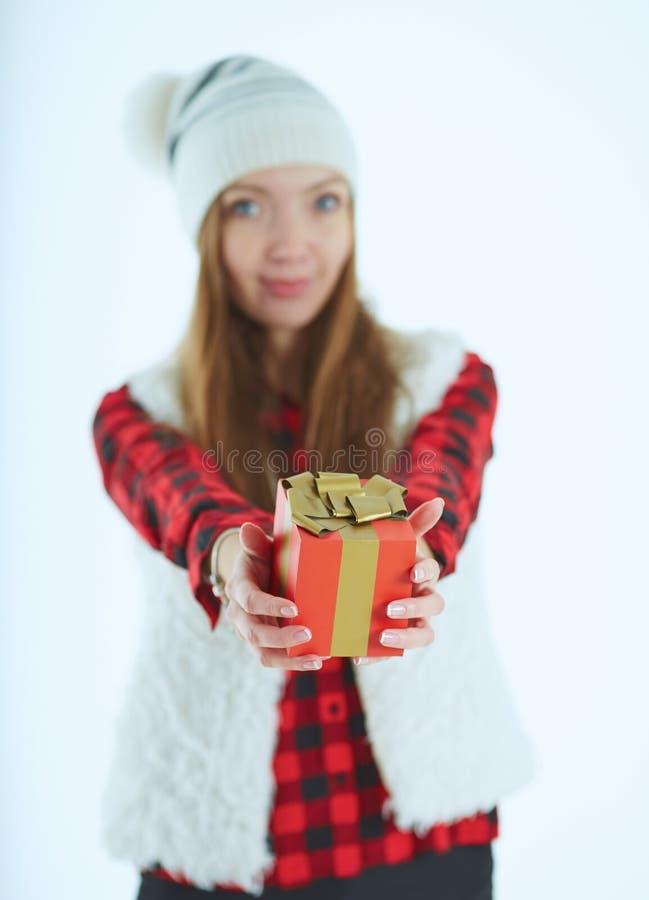 Lycklig upphetsad ung kvinna med gåvaasken över blå bakgrund arkivfoto