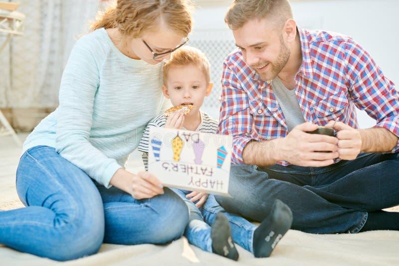 lycklig utgångspunkt för familj royaltyfri bild