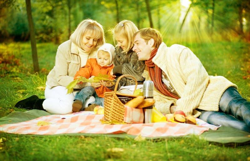 lycklig utomhus- picknick för familj