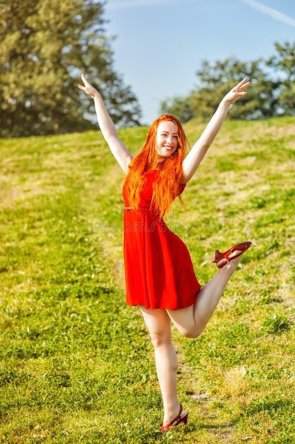 Lycklig utomhus- rödhårig mankvinna royaltyfri fotografi