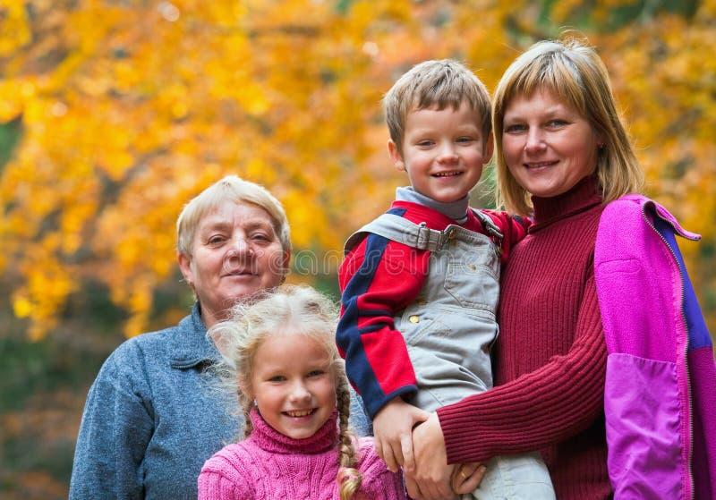 lycklig utomhus- stående för höstfamilj royaltyfri foto