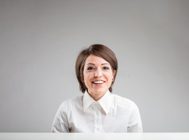 Lycklig vänlig kvinna med ett älskvärt leende arkivfoton