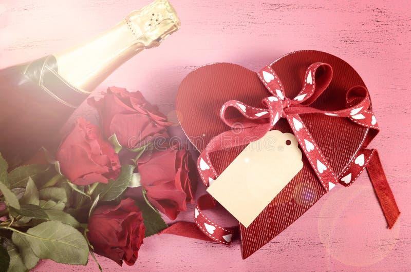 Lycklig valentins hjärta för daggåvor formar gåvaasken royaltyfria foton