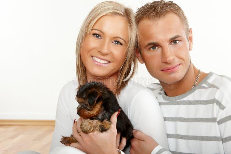 lycklig valp för par fotografering för bildbyråer