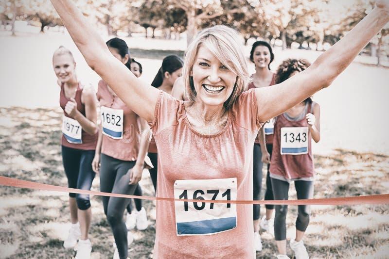 Lycklig vinnare av bröstcancermaratonloppet arkivbilder