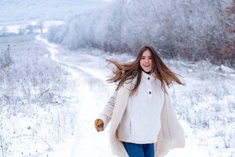 lycklig vinter Att spela med sn? och att ha gyckel i vinter parkerar Aktivitet som ler flickan i vinterlopp Ha gyckel in arkivfoton