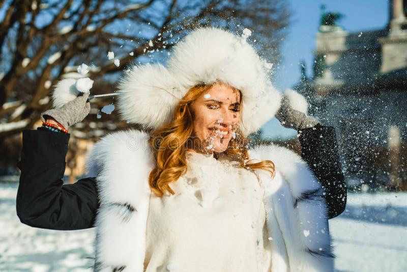 Lycklig vinterkvinnastående Vinterflicka med snö royaltyfria foton